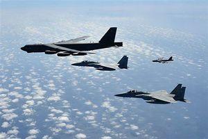 北朝鮮への威嚇飛行を定期的に続けるB52H大型爆撃機(左上)。今回のF35A捜索にもグアム島から参加している(米空軍資料)