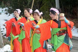 女性たちがたおやかな舞 東通で餅つき踊り