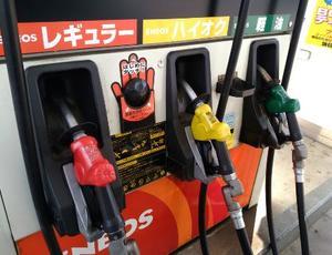 ガソリンスタンド、レギュラー、ハイオク、給油ノズル=2017年6月、さいたま市