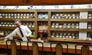 創業40年の「可否屋 葡瑠満」。店主の宮本さんは「お客が雰囲気も楽しめる店にしたい」と話す=弘前市下白銀町