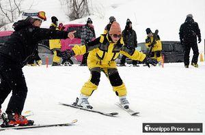 指導を受けながらスキーに挑戦する台湾の高校生