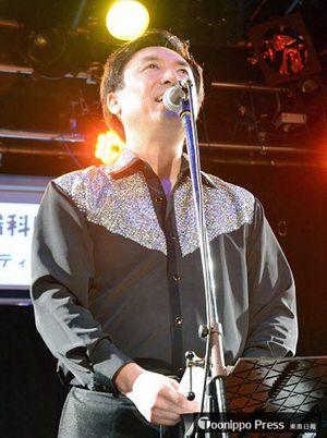 平田さんが作詩し、自らが作曲した歌を熱唱する板橋さん=9日夜