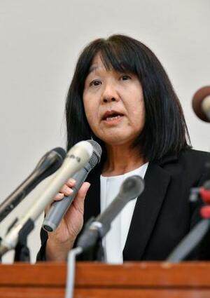 市立東須磨小の教諭いじめ問題で、記者会見する仁王美貴校長=9日午後、神戸市