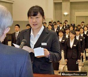 三浦社長(手前)を前に、新入社員を代表して誓いの言葉を述べる石橋さん