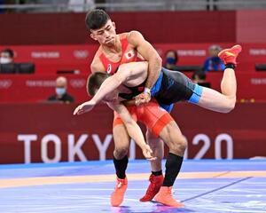 男子グレコローマン60キロ級2回戦 中国選手を攻める文田健一郎=幕張メッセ