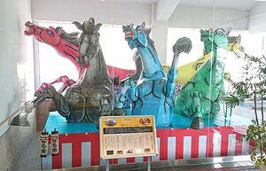 十和田市の称徳館にお目見えしたつがる市の「馬ねぶた」。つがる市の「馬市まつり」で実際に運行されるねぶたをイメージしたもの=十和田市提供