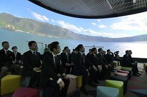 360度スクリーンに映し出された青森県の自然風景に見入る参加者ら