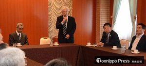 平山市長が出馬取りやめを報告した後援会役員、支援市議団の合同会議=21日午後2時ごろ