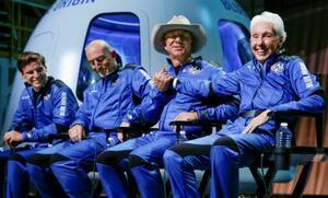 20日、米テキサス州で宇宙飛行後に記者会見に臨むジェフ・ベゾス氏(右から2人目)ら(ロイター=共同)