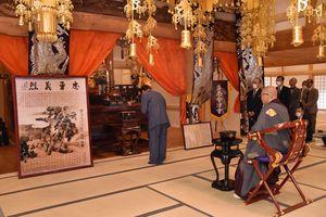 「白虎隊殉難図」(左)が置かれた円通寺本堂で、先人をしのぶ斗南會津会の役員ら