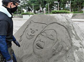 わさおと節子さんがサンドアートに/鯵ケ沢