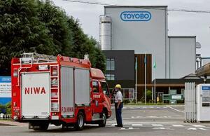 3人が死傷した火災の実況見分が行われた、東洋紡犬山工場へ入る消防車両=29日午前、愛知県犬山市