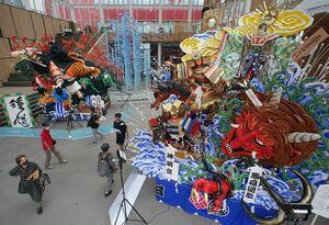 マチニワには神明宮「悪疫退散」(右)などの山車3台を展示、中心街の祭り気分を演出した