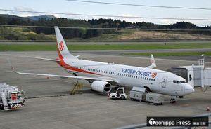 青森空港に到着した奥凱航空のボーイング737−900=9日午後