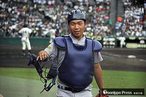 初戦・彦根東戦の試合中、ベンチ脇で投手のボールを受け続けた和田武優選手=14日、阪神甲子園球場