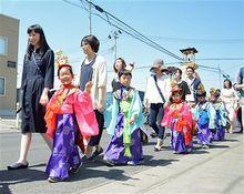 男の子は烏帽子、女の子は冠/稚児行列で「花まつり」祝う/弘前市