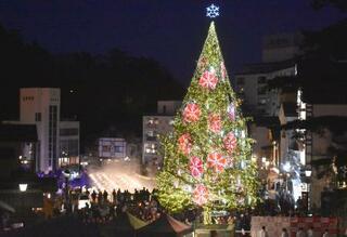 温泉街にクリスマスツリー、草津