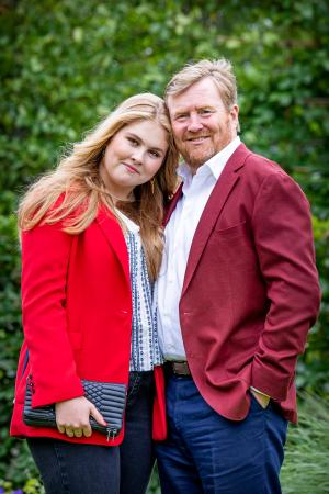 オランダのウィレム・アレクサンダー国王(右)とアマリア王女=7月16日、ハーグ(ゲッティ=共同)