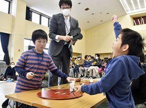 「ロボコップ相撲」で熱戦を繰り広げる子どもたち