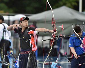 【アーチェリー男子】男子個人で優勝した名久井農の田中伶岳(左)