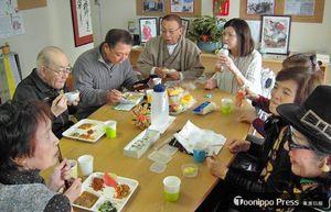 健康講座を終えて、昼食を取るサロンの利用者たち=3日午後