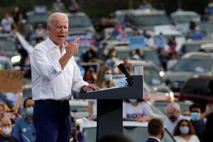27日、米南部ジョージア州アトランタで演説する民主党のバイデン前副大統領(ロイター=共同)