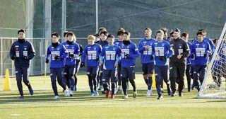 下平監督「10位以内に」J1横浜FCキャンプ開始