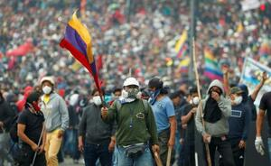 エクアドル首都キトで抗議するデモ隊=8日(ロイター=共同)