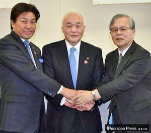 健康宣言を行い、握手を交わす清藤会頭(中)、下山委員長(左)、中路特任教授