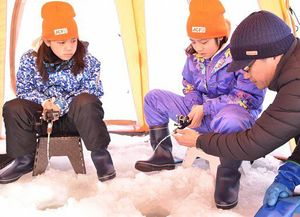 姉沼でワカサギ釣りに挑戦する沖縄の子どもたち