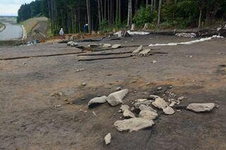 むつ酪農(3)遺跡の環状列石など報道陣に公開