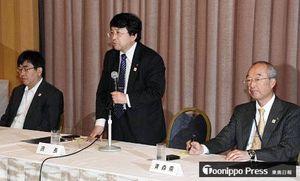 推進会議の会合冒頭であいさつする岡田座長(中)