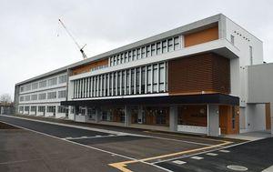 開校した鶴田小学校の新校舎
