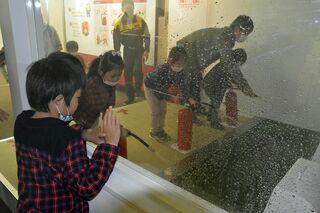 青森県消防学校で家族連れら防災・消防学ぶ