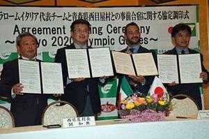 事前合宿の協定を結んだ(左から)県カヌー協会の山口理事長、関村長、モルメンティHC、日本カヌー連盟の古谷専務理事