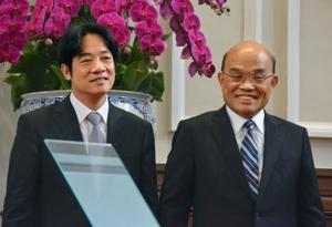 行政院長を辞職した頼清徳氏(左)と後任の蘇貞昌氏=11日、台北市内の総統府(共同)