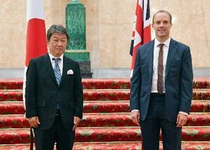 5日、ロンドンで対面形式の会談を行った茂木外相(左)と英国のラーブ外相(外務省提供・共同)