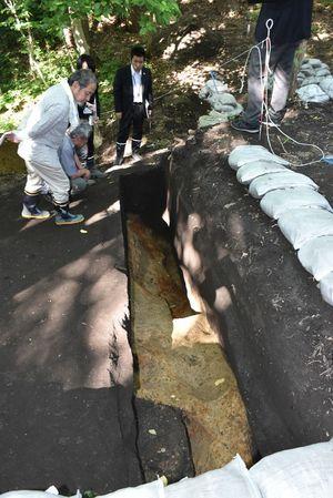 三内丸山遺跡の北端部で遺構の状況を調べる同遺跡発掘調査委員
