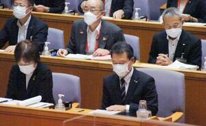 三重県議会で国体の延期開催断念を表明する一見勝之知事(手前右)=22日午前