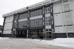 15日から利用が始まった平賀東小学校の新校舎。建物正面の左右の下が石垣の模様になっているのが特徴