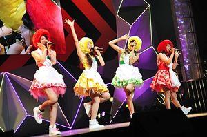 「愛踊祭2016」のステージではじけるりんご娘の(左から)彩香さん、ときさん、王林さん、ジョナゴールドさん。見事242組の頂点に輝いた=2016年9月10日、東京ドームシティーホール(提供・テレビ朝日ミュージック)