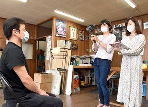 ねぶた祭の中止などについて立田さん(左)にインタビューする三上さん(中)と野呂さん=青森市内