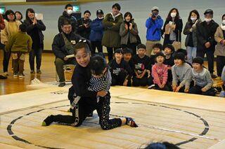 児童110人が熱戦 弘前でねまり相撲大会