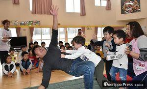 相撲対決で豪快に倒れ園児を喜ばせた北都プロレスの河原選手(左)