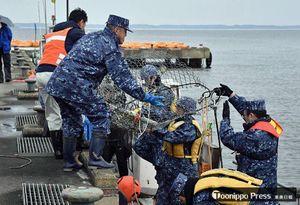 5日からの作業に備えて金網で作った底引き網の機能確認を行い、網を陸揚げする海自隊員ら=4日午後3時8分、東北町