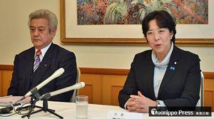 民進党県連の常任幹事会終了後、取材に応じる田名部代表(右)と奈良幹事長=19日、青森市