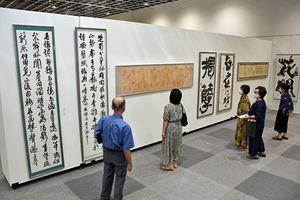 幅広いジャンルの書作品が並ぶ「日本の書展・公募青森県書道展」=4日、青森市の東奥日報新町ビル3階New'sホール