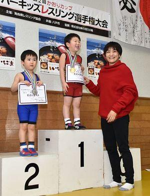 「かおりカップ」の表彰式で笑顔を見せる伊調選手(右)