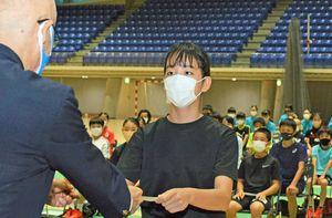 新アカデミー生を代表し柏木副知事(左)から認定証を受け取る相馬中(弘前市)1年の成田結佳さん
