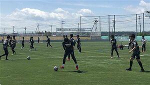 約50日ぶりに全体練習を再開したヴァンラーレ八戸の選手たち=25日、八戸市多賀多目的運動場(ヴァンラーレ八戸提供)